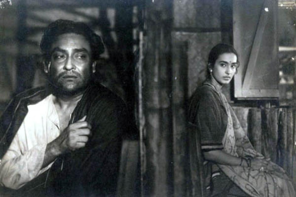 बंदिनी फिल्म के एक दृश्य में अशोक कुमार और नूतन